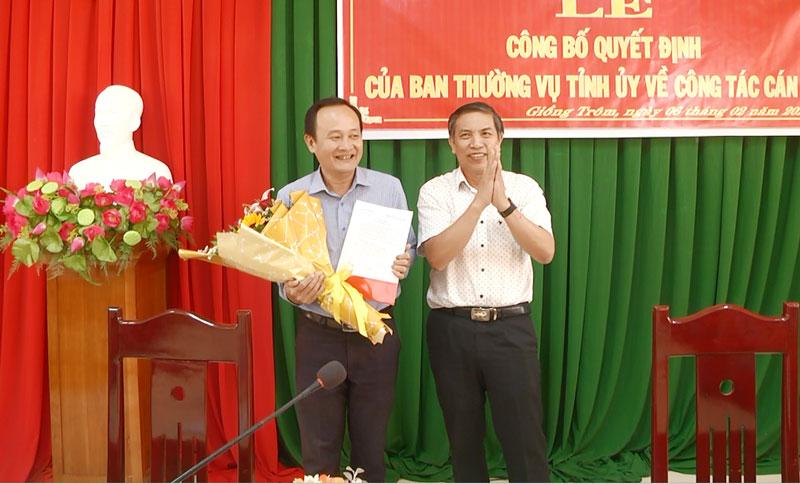 Ông Cao Văn Trọng, Phó Bí thư Tỉnh ủy - Chủ tịch Ủy ban nhân dân tỉnh trao Quyết định luân chuyển cán bộ cho ông Lê Văn Nhân