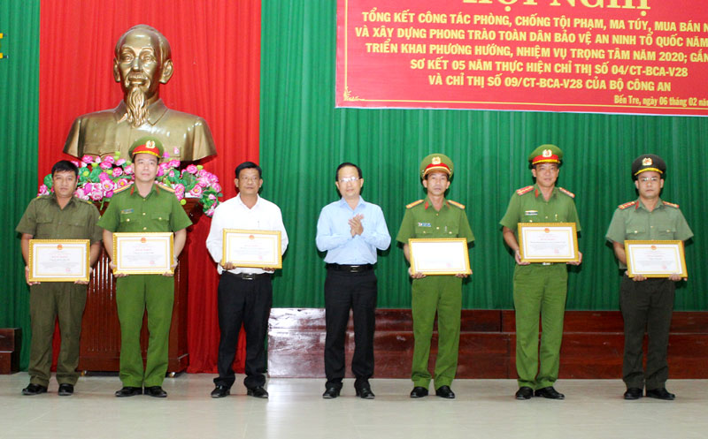 Phó chủ tịch UBND tỉnh Nguyễn Trúc Sơn trao bằng khen của UBND tỉnh cho các tập thể đạt thành tích xuất sắc.