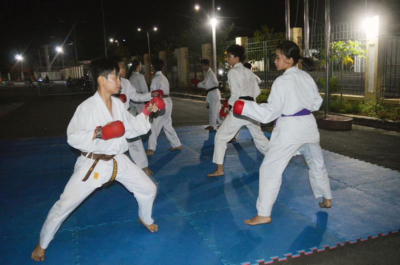 Nhóm vận động viên Karate TP. Bến Tre trong giờ luyện tập. Ảnh: A.Nguyệt