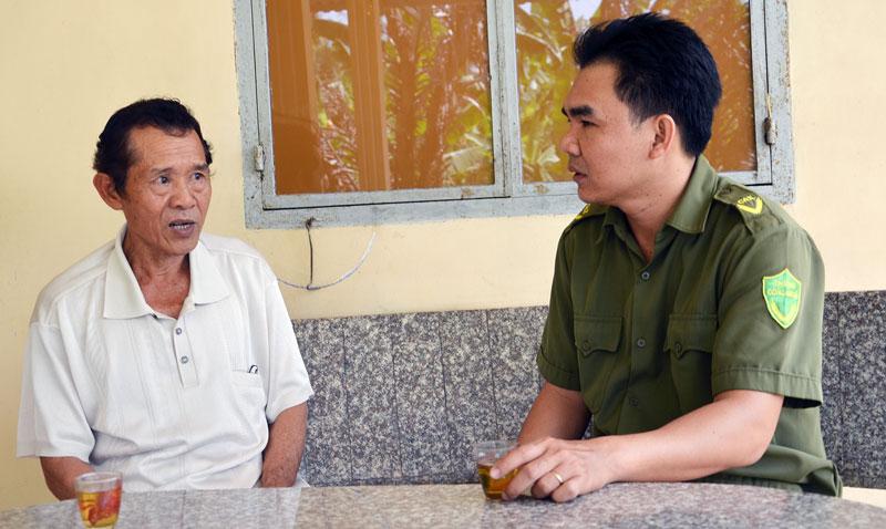 Ông Mai Văn Tô trao đổi tình hình an ninh trật tự với công an xã.