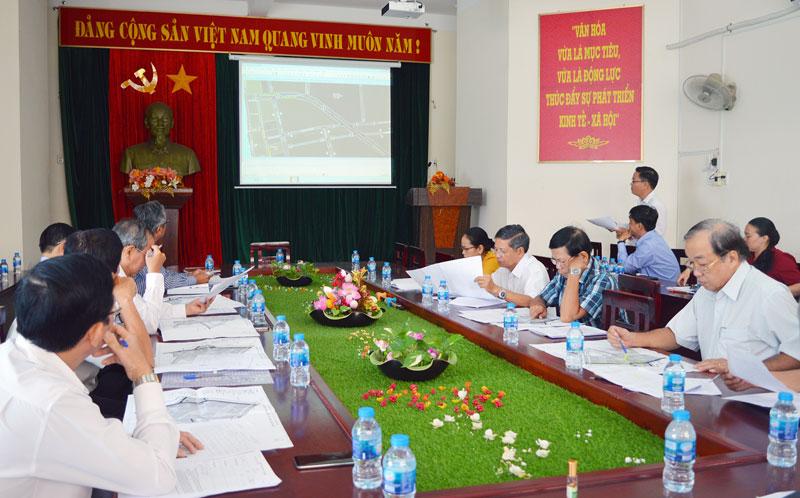 Các thành viên hội đồng xem xét sơ đồ các tuyến đường đang dự kiến sẽ được đặt tên của huyện Chợ Lách.