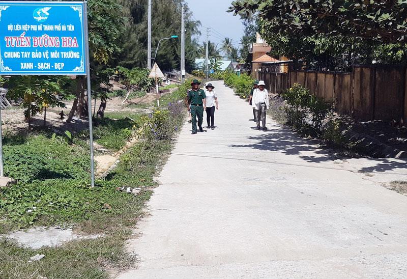 Tuyến đường hoa do Hội Liên hiệp Phụ nữ TP. Hà Tiên phối hợp với các lực lượng vũ trang thực hiện.