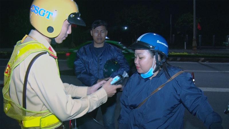 Cảnh sát giao thông kiểm tra nồng độ cồn trên quốc lộ 60. Ảnh: Minh Tân