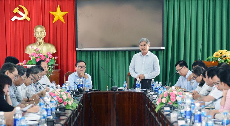 Phó chủ tịch Thường trực UBND tỉnh Nguyễn Văn Đức phát biểu chỉ đạo tại cuộc họp.