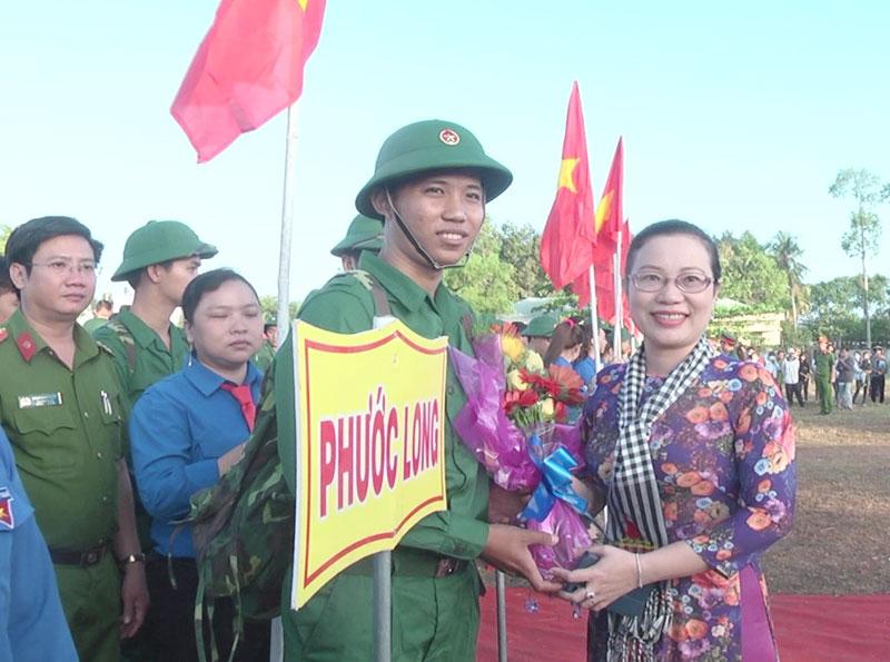 Bà Nguyễn Trúc Hạnh, Bí thư Huyện ủy Giồng Trôm tặng hoa cho tân binh. Ảnh: Kim Phụng
