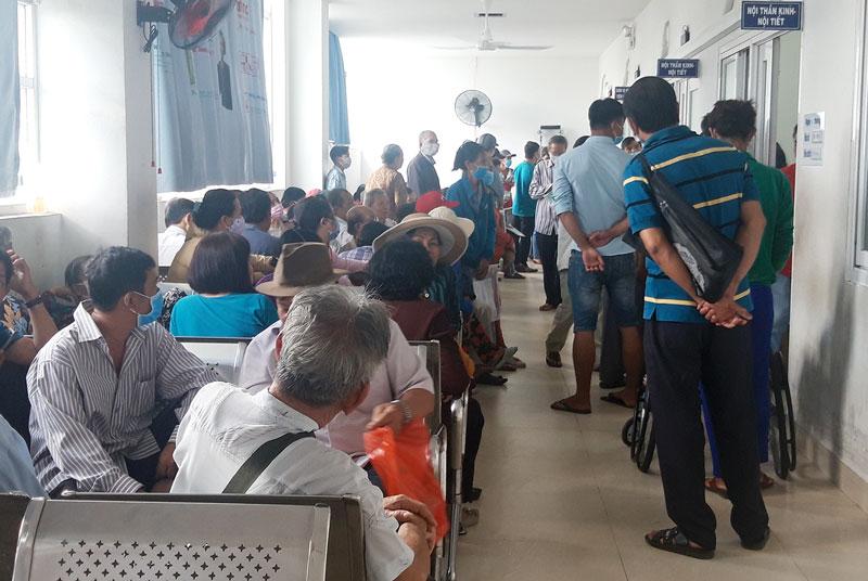 Người dân ý thức khám sàng lọc bệnh viêm đường hô hấp cấp do chủng mới vi-rút Corona (ảnh tại Bệnh viện Nguyễn Đình Chiểu).