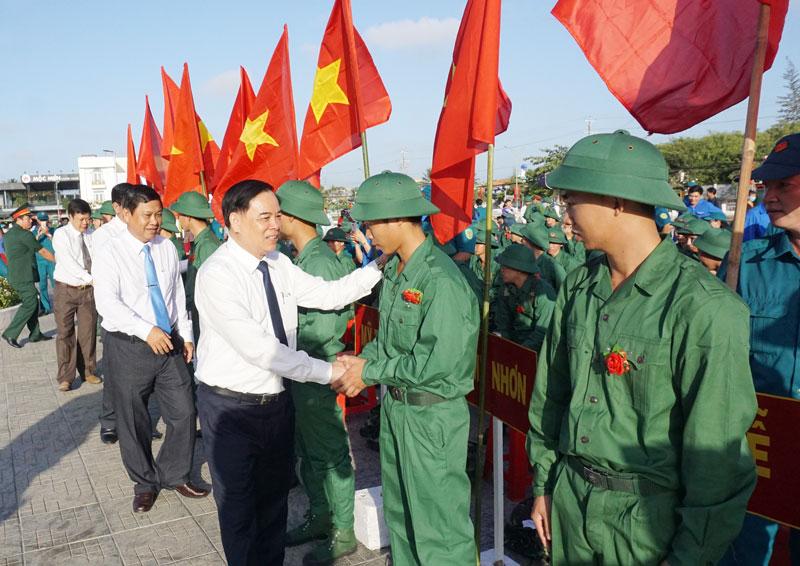 Phó bí thư Thường trực Tỉnh ủy Trần Ngọc Tam thăm hỏi, động viên tân binh huyện Ba Tri lên đường nhập ngũ. Ảnh Q. Hùng