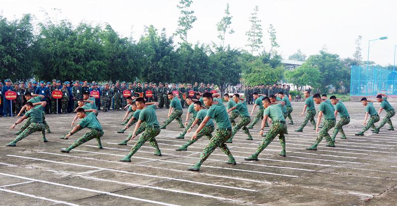 Tiết mục biểu diễn võ thuật của cán bộ, chiến sĩ trẻ Trung đoàn 895 trong buổi khai mạc hội thao quốc phòng năm 2019. Ảnh: Đặng Thạch
