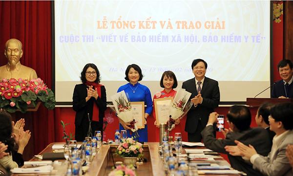 Ban tổ chức trao giải cho hai tác giả có tác phẩm giành giải Nhất.