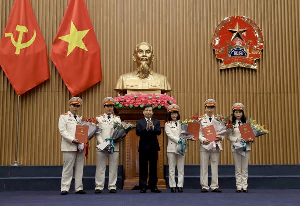 Viện trưởng Viện Kiểm sát nhân dân tối cao Lê Minh Trí trao quyết định bổ nhiệm 5 lãnh đạo cấp vụ.