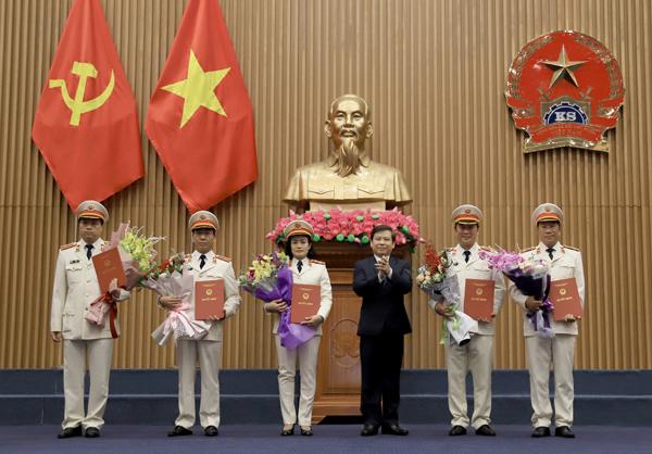 Viện trưởng Viện Kiểm sát nhân dân tối cao Lê Minh Trí trao quyết định của Chủ tịch nước bổ nhiệm Kiểm sát viên Viện Kiểm sát nhân dân tối cao