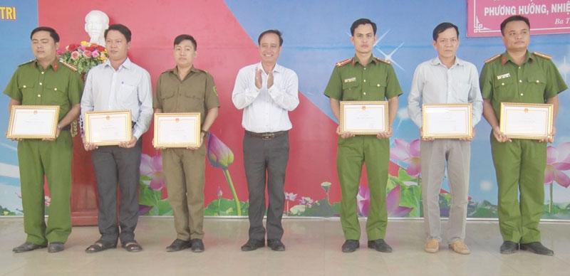 Phó chủ tịch UBND huyện Dương Văn Chương trao bằng khen thưởng tập thể và cá nhân