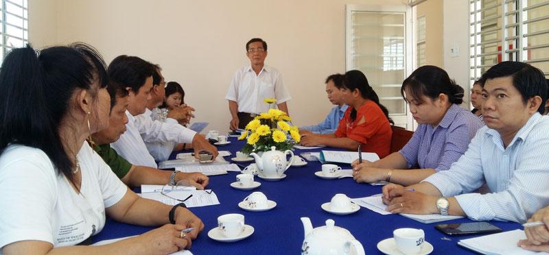 Ông Trần Văn Hoàng - Phó chủ tịch UBND huyện Châu Thành (giữa) làm việc tại UBND xã Quới Sơn