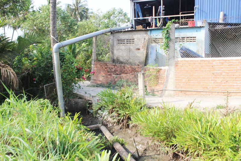 Ống dẫn nước thải của Công ty Đại Vượng Phú xả ra mương vườn. Ảnh: PV