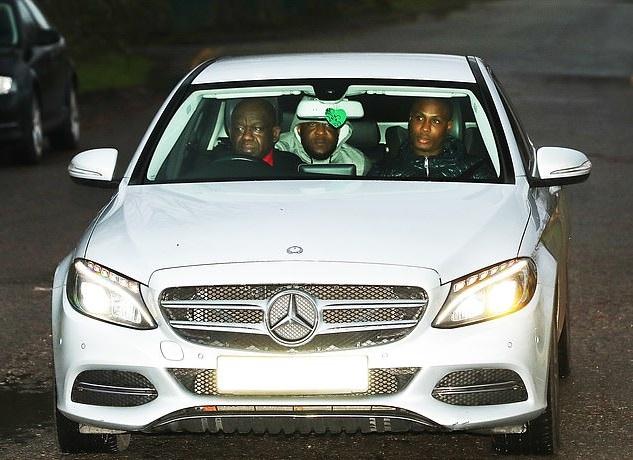 Ighalo lái xe đến tập luyện cùng MU