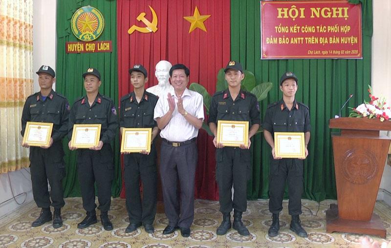 Ông Trần Văn Đém trao giấy khen các cá nhân.
