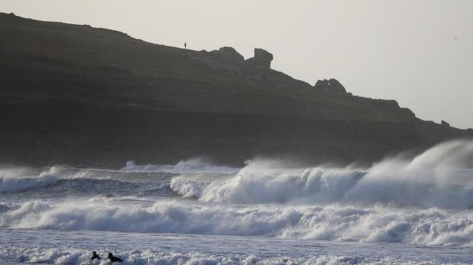 Siêu bão Dennis hoành hành tại Anh, khiến một người đàn ông thiệt mạng. Ảnh: AP