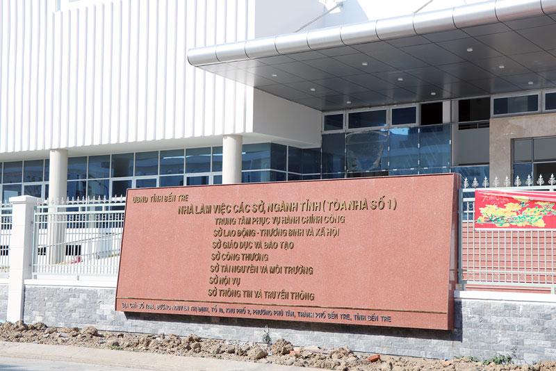 Tòa nhà 15 tầng, nơi làm việc mới của 6 sở, tọa lạc tại khu phố 2, phường Phú Tân.