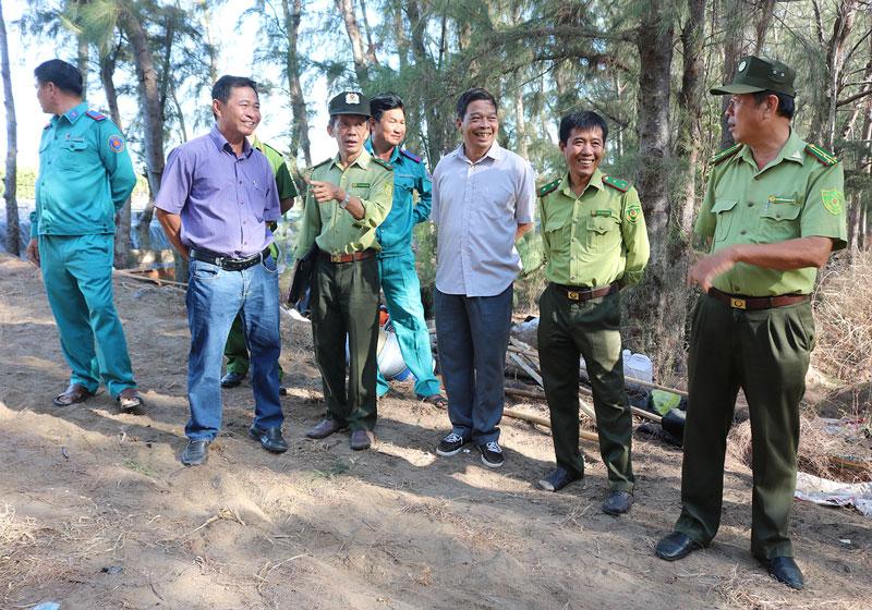 Đoàn kiểm tra công tác phòng cháy, chữa cháy rừng tại An Thủy (Ba Tri). Ảnh: Phan Hân