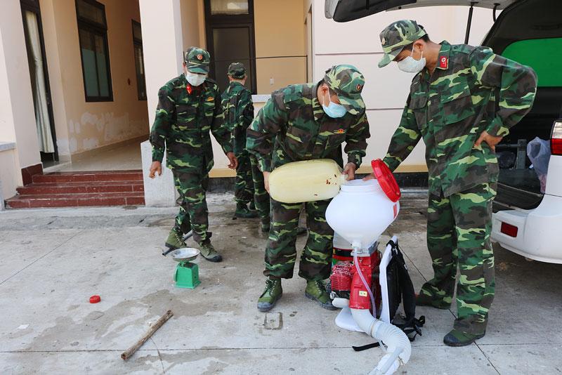 Lực lượng phun thuốc khử trùng khuôn viên Trường Quân sự tỉnh. Ảnh: Ph.Hân