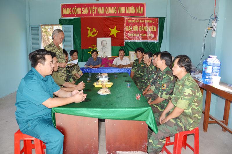 Đội dân phòng ấp Tân Thanh 2 họp phân công nhiệm vụ.