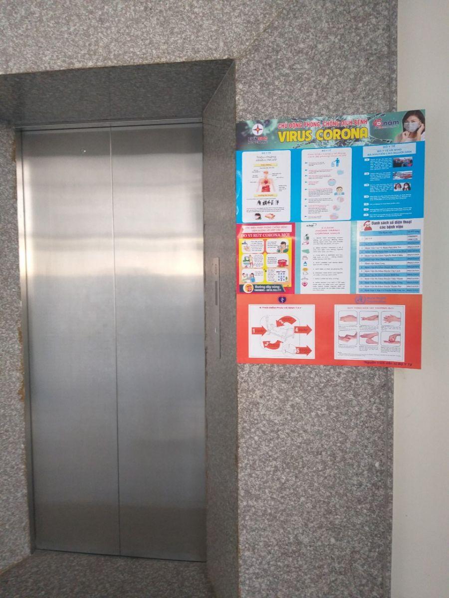 Tuyên truyền các biện pháp phòng ngừa dịch tại khu vực cửa thang máy