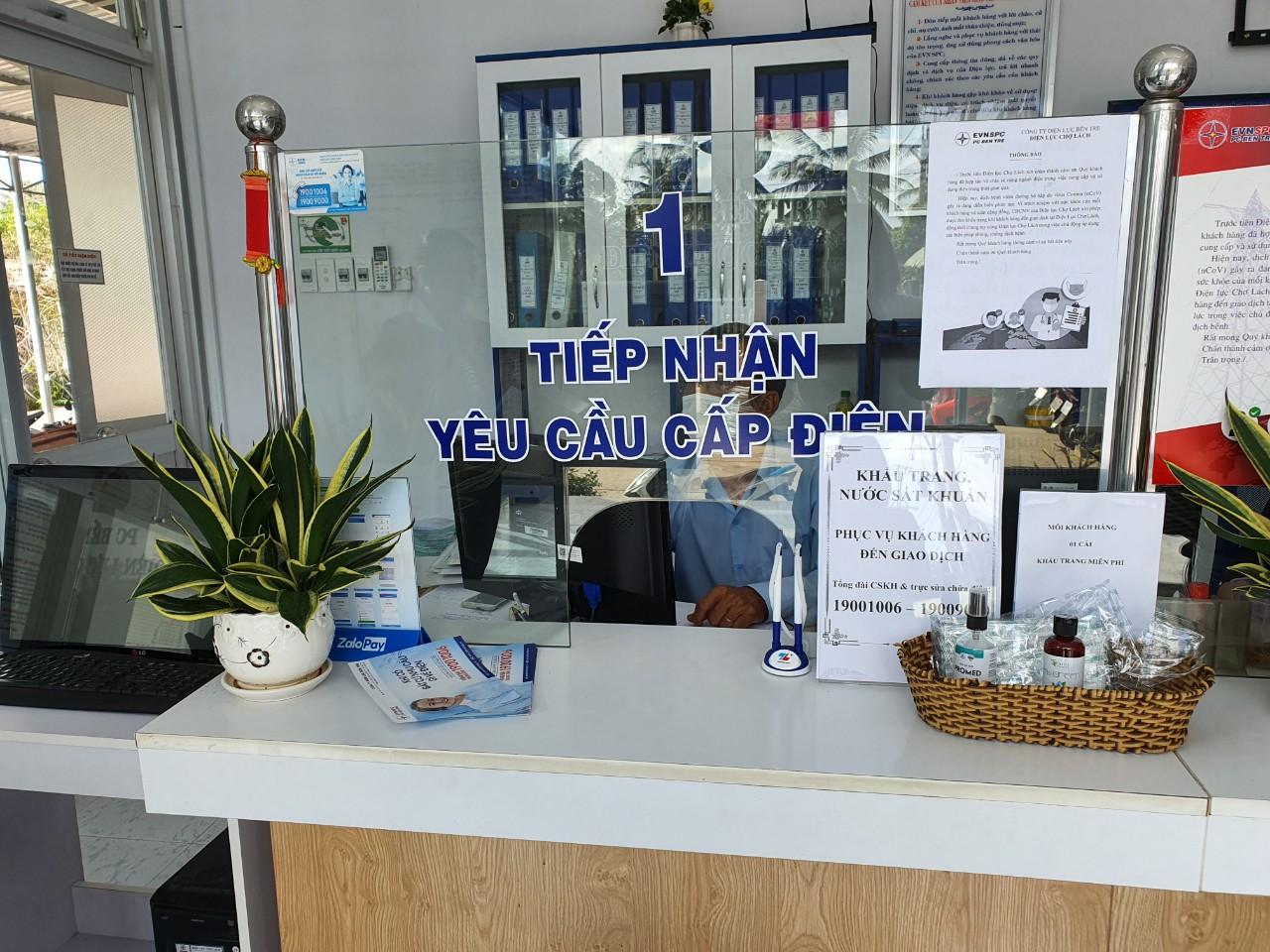Trang bị khẩu trang, nước rửa tay khô miễn phí tại cổng ra vào và tại Phòng giao dịch cho khách hàng khi đến làm việc.
