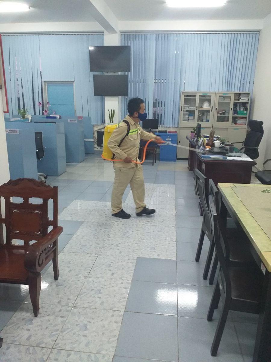 Phun thuốc sát trùng, diệt khuẩn tại các phòng làm việc.