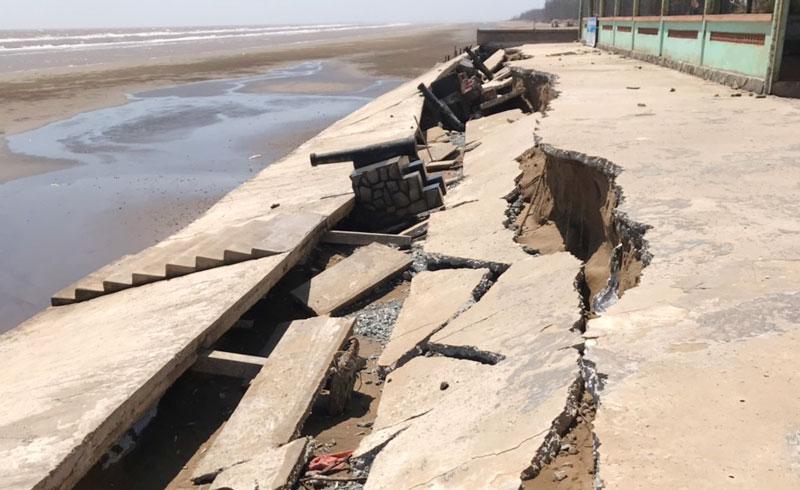 Bờ biển cồn Bửng bị sạt lở do triều cường.