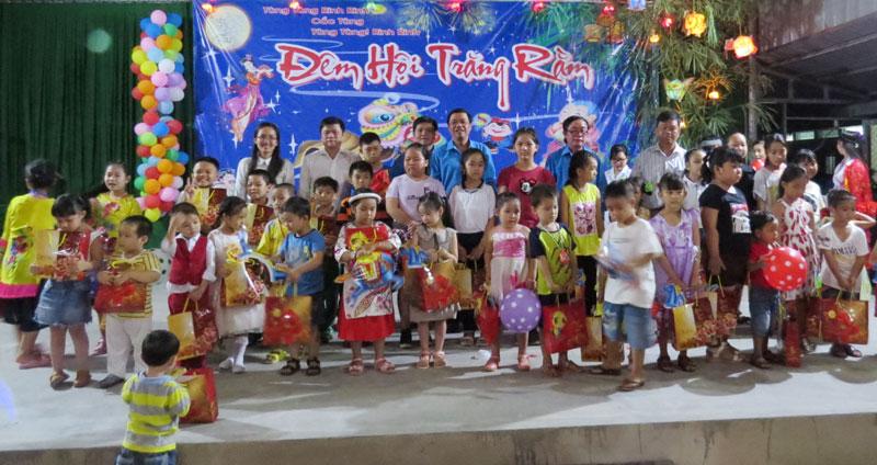Công đoàn phối hợp tổ chức sân chơi cho con của công đoàn viên.