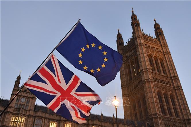 Cờ Anh (phía dưới) và cờ EU (phía trên) tại thủ đô London, Anh. Ảnh: AFP/TTXVN