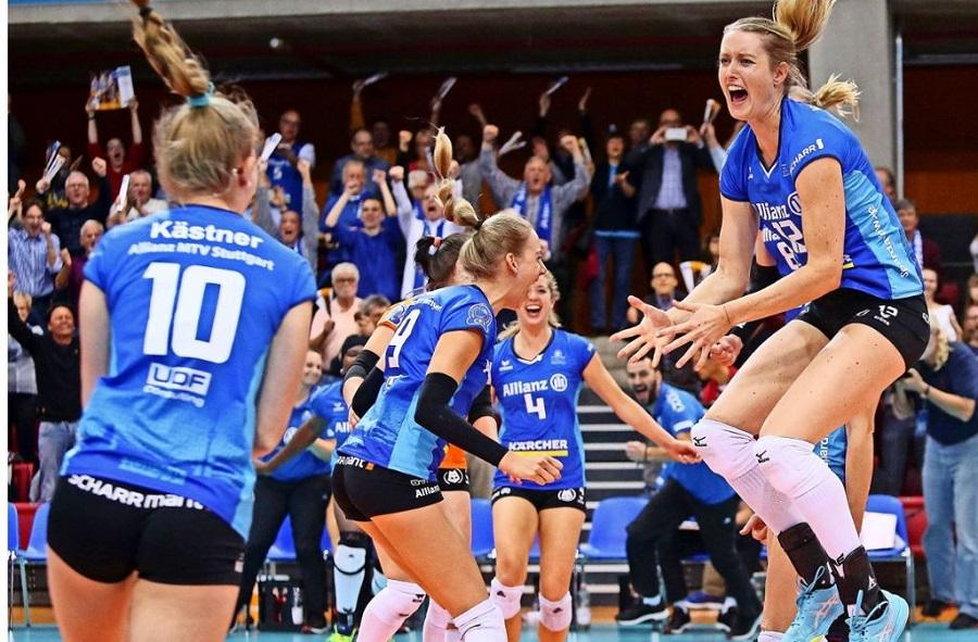 Các nữ cầu thủ Stuttgart vui mừng sau chiến thắng