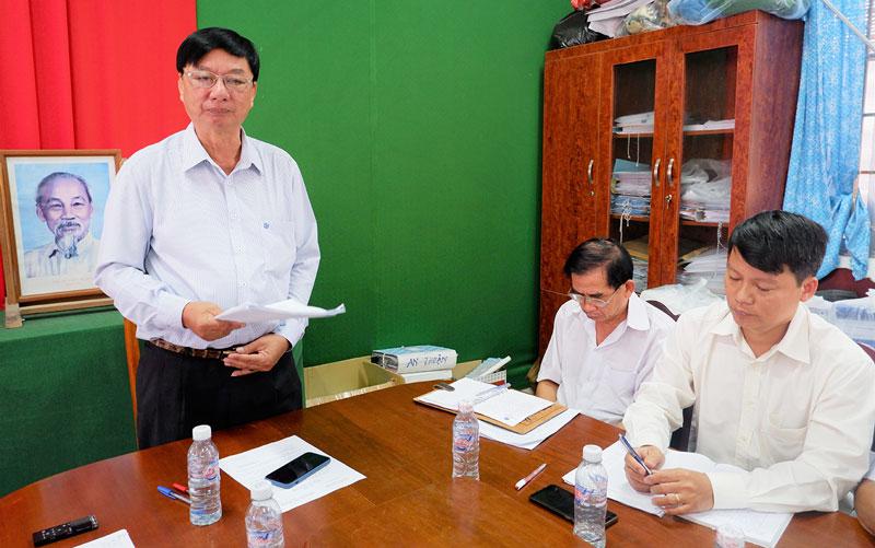 Bí thư Huyện ủy Lê Văn Khê phát biểu tại buổi làm việc.