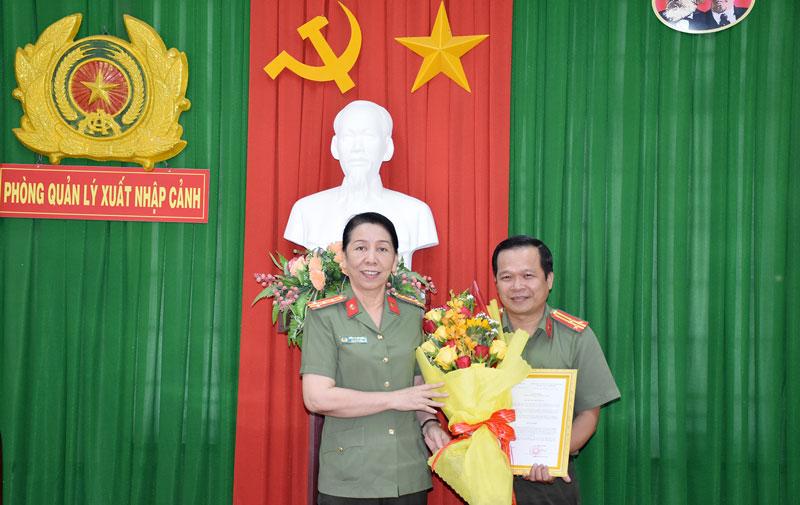Lãnh đạo Công an tỉnh tặng hoa chúc mừng Thượng tá Nguyễn Văn Vũ.