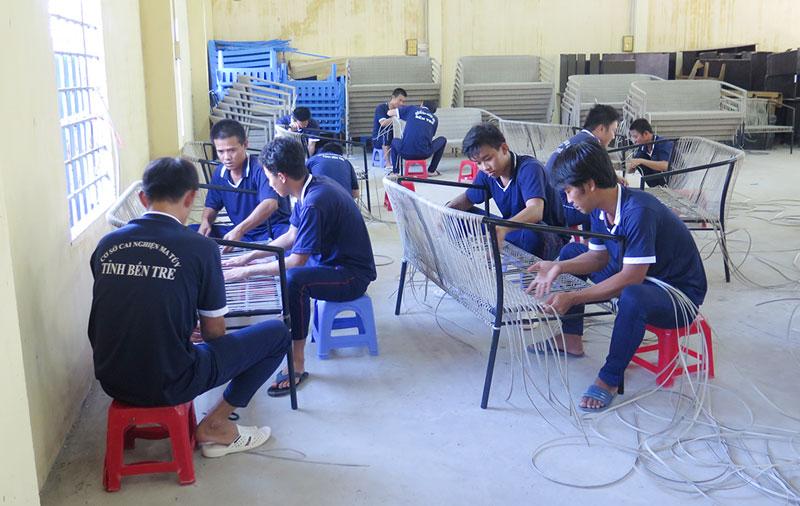 Giờ học nghề tại Cơ sở cai nghiện ma túy Tân Xuân, huyện Ba Tri.