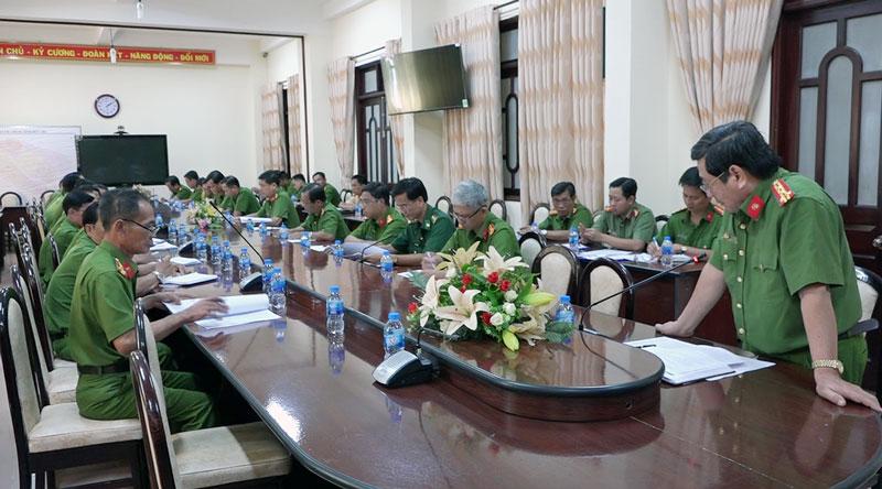 Đại tá Lê Văn Hòa - Phó giám đốc Công an tỉnh chỉ đạo tại hội nghị.