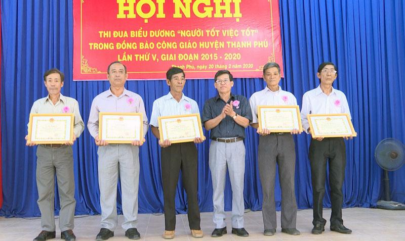 Phó bí thư Thường trực Huyện ủy Thạnh Phú Phạm Văn Bé Năm trao thưởng cho tập thể, cá nhân.