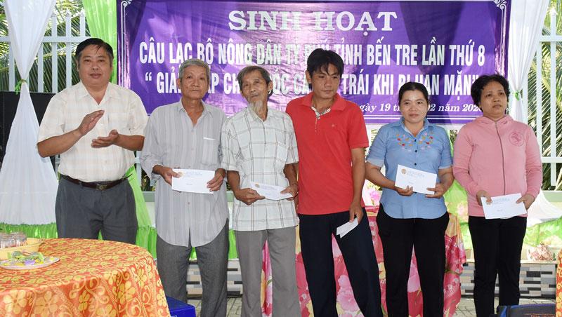 CLB Nông dân tỷ phủ tỉnh Bến Tre trao quà cho 10 hộ có hoàn cảnh khó khăn trên địa bàn xã Bình Phú.