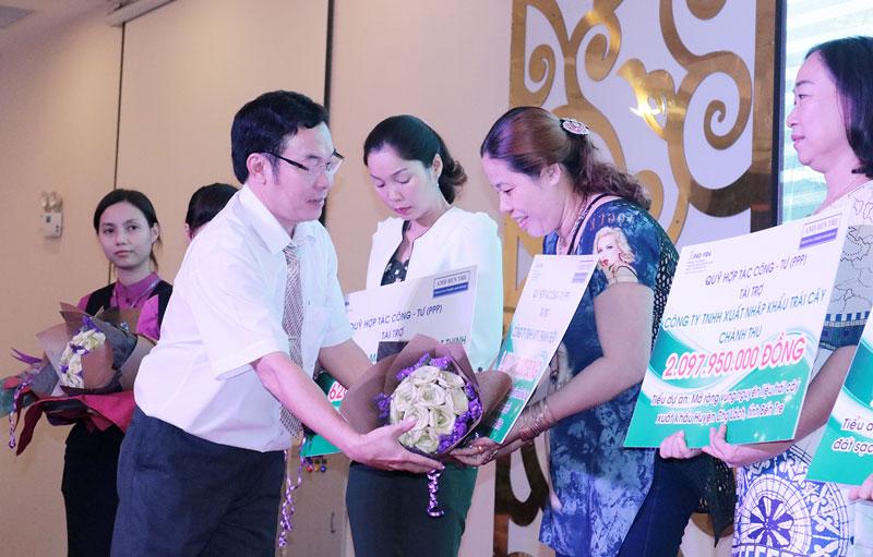 Giám đốc Dự án AMD Bến Tre Nguyễn Khắc Hân trao tài trợ cho các doanh nghiệp tham gia Quỹ hợp tác công -  tư (PPP).