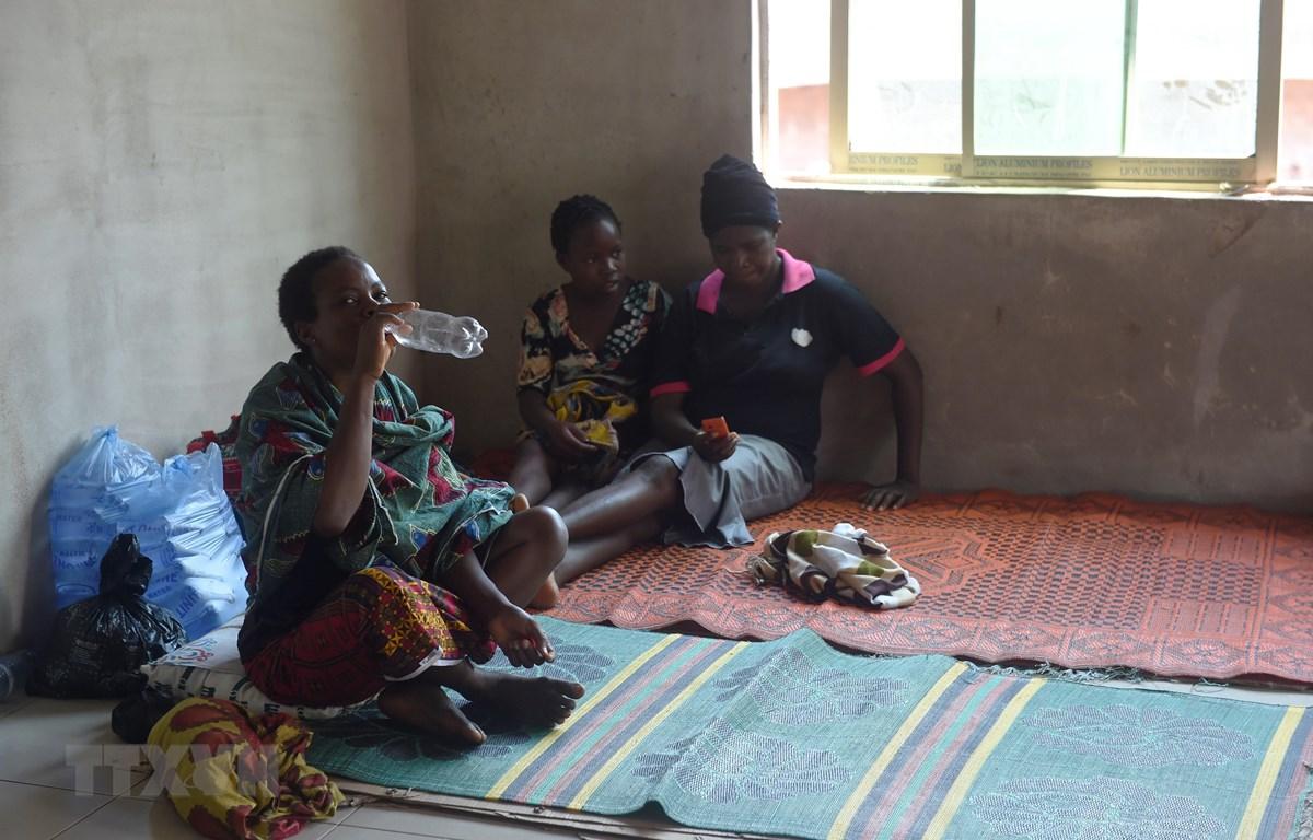 Thân nhân của các bệnh nhân tại Viện nghiên cứu và kiểm soát bệnh sốt Lassa ở Irrua, bang Edo, Nigeria, ngày 6-3-2018. (Ảnh: AFP/TTXVN)