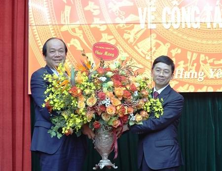 Bộ trưởng, Chủ nhiệm VPCP Mai Tiến Dũng tặng hoa chúc mừng tân Phó Bí thư Thường trực Tỉnh ủy Hưng Yên Nguyễn Duy Hưng - Ảnh: VGP
