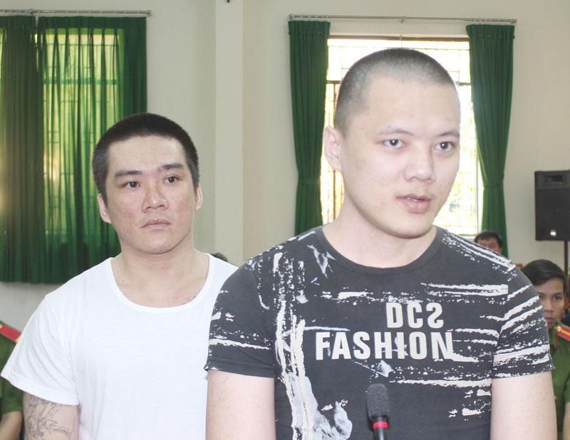 Bị cáo Trần Thái Bảo Thiện (phải) và bị cáo Huỳnh Công Minh Nhựt