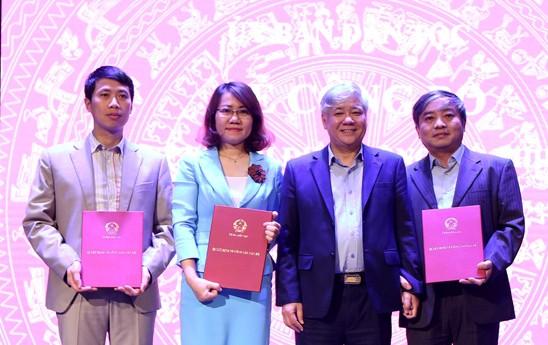 Bộ trưởng, Chủ nhiệm Ủy ban Dân tộc Đỗ Văn Chiến trao quyết định cho các cán bộ.