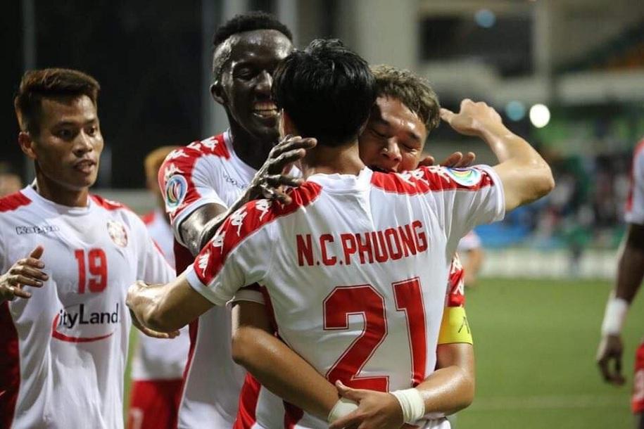 Công Phượng và các cầu thủ TP HCM ăn mừng bàn thắng mở tỉ số trong trận gặp Hougang Utd.