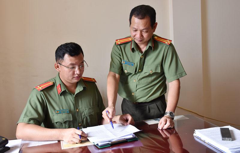 Lãnh đạo Đội trao đổi công việc với Trung úy Phạm Hoàng Minh.