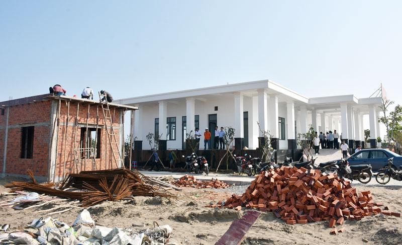 Xây dựng Trung tâm vận hành Nhà máy điện gió số 5, tại huyện Thạnh Phú. Ảnh: Cẩm Trúc