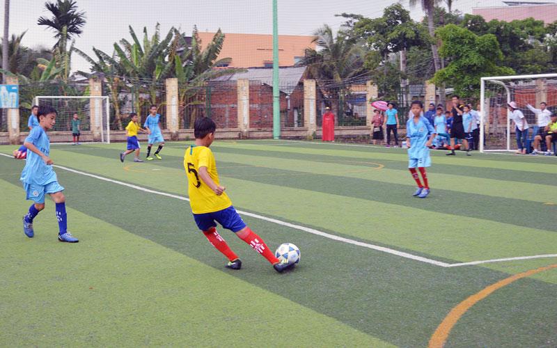 Môn bóng đá mini được đông đảo các em học sinh yêu thích. Ảnh: A. Nguyệt