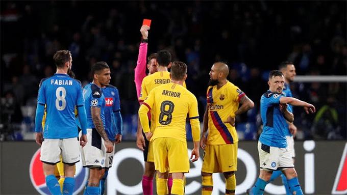 Vidal phải nhận thẻ đỏ trong những phút cuối trận