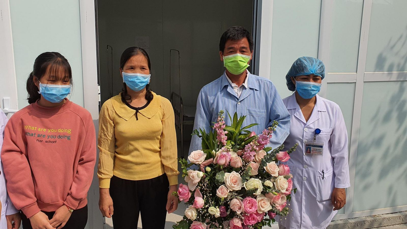 Bệnh nhân thứ 16 được điều trị khỏi COVID-19 đã xuất viện. Ảnh: VGP/Tuấn Dũng