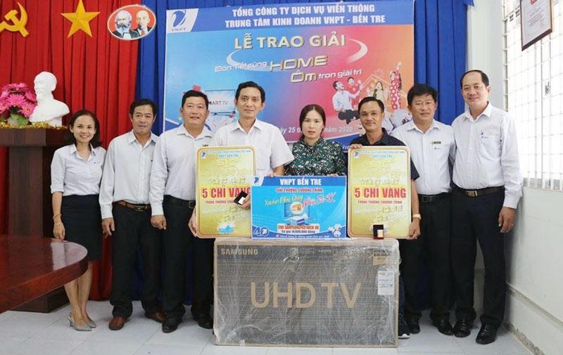 Ông Phạm Tấn Tài - Phó giám đốc VinaPhone Bến Tre trao thưởng cho 3 khách hàng trúng thưởng tại Bến Tre.